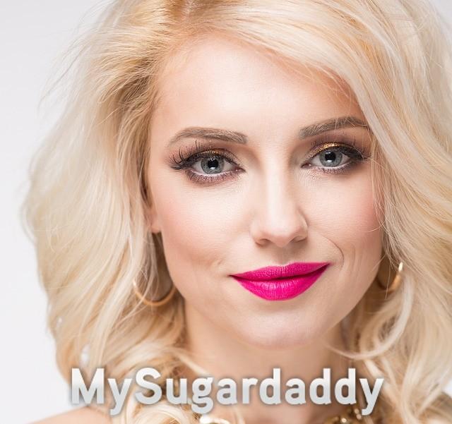 pink lipstick blonde